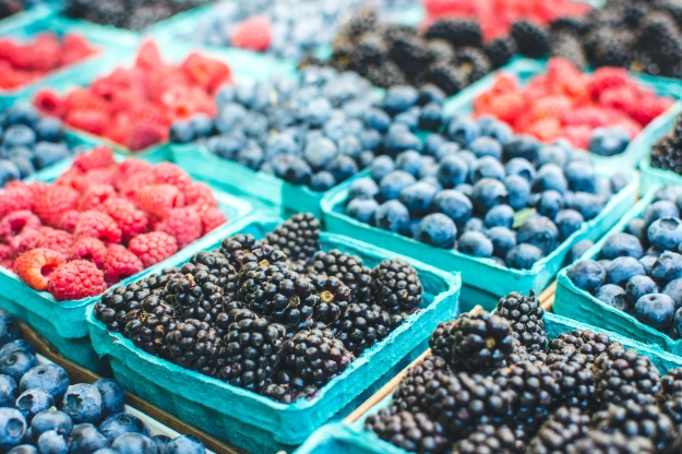foodiesfeed.com_healthy-berries-on-a-market